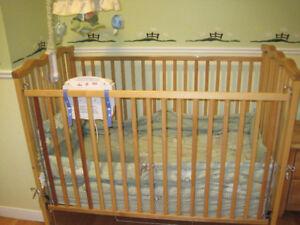 Lit de bébé/ bassinette en bois
