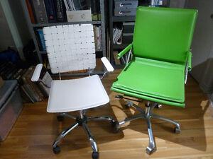 Chaises ergonomiques sur roulettes avec bras.