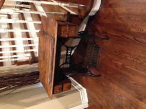 Singer sewing machine with 4 drawer cabinet