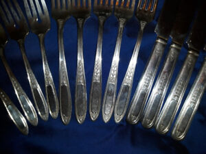WM A ROGERS VINTAGE SILVER PLATED CUTLERY SET