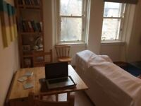 Bright double room in two room flat in Newington