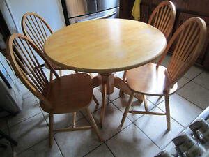 DINING ROOM TABLE AND 4 CHAIRS~MAPLE~SOLID HARDWOOD!!