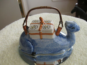 A CHARMING & VERY UNUSUAL OLD VINTAGE CAMEL CHINA TEA POT
