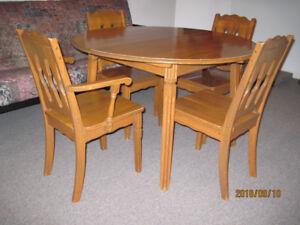 Table de salle à manger en bois massif.