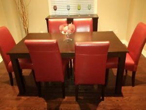 *SOLID WOOD DINING ROOM SET WITH 6 LEATHER CHAIRS*