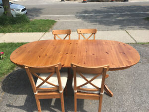 Pine dining table with leaf extension and four chairs