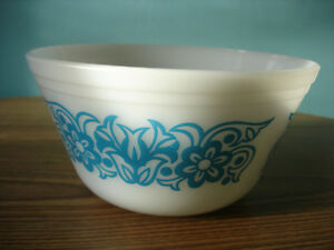 VINTAGE FEDERAL GLASS Milk Glass 7 Cup Mixing Bowl LIKE NEW