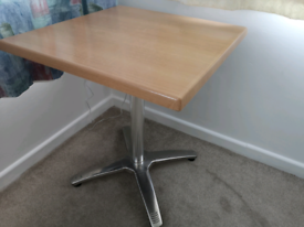 Small square table (without chairs l