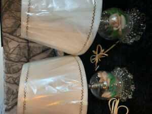 Small lamps with roses in glass