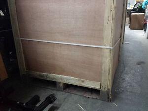 Don de 6 caisses en bois fixées sur palette 4'x4'x4'