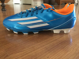 ADIDAS SOCCER SHOES SIZE 6 - BRAND NEW!