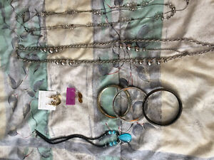 Various pieces of jewellery