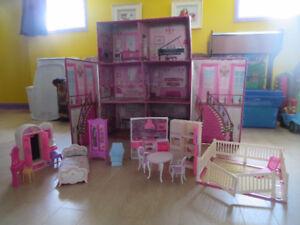 Maison de Barbie avec quelques meubles