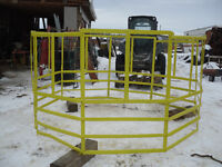 Round bale feeder to horn it goat or large sheep, Or else