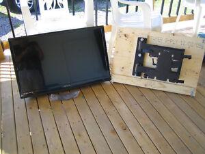 "32"" Color TV Flat Screen HD and swivel bracket"