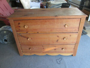 Beau bureau commode antique 3 tirroir tout en pin