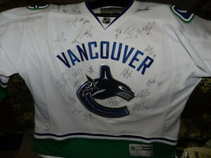 VANCOUVER CANUCKS 2010/11 Team Signed Jersey