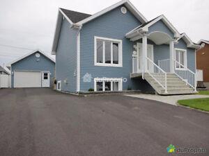 Belle maison à vendre avec garage à Saguenay (secteur Arvida):