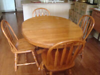Oak Table, 4 chairs and 2 leafs