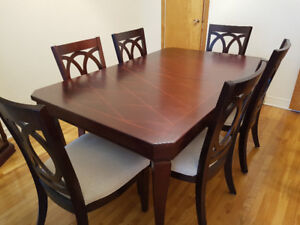 Cherry Wood Dining Room Set with Curio/Salle a diner cerisier