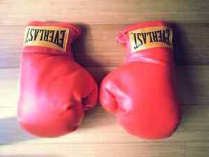 NEW EVERLAST BOXING GLOVES SMALL