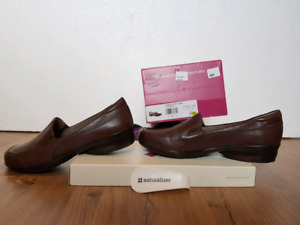 New in box ladies size 8 leather Naturalizer shoes