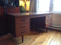 Beautiful teak mid century desk / bureau moderne en teck