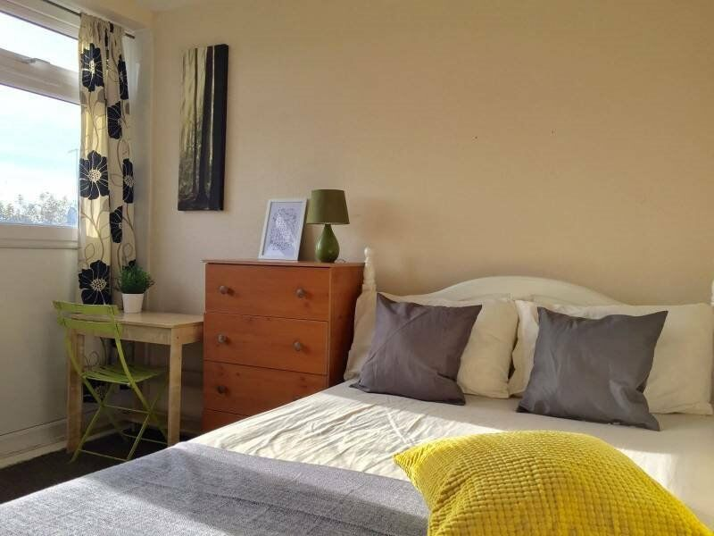Spacious Pad By Mile End - Bills Included - Available ASAP