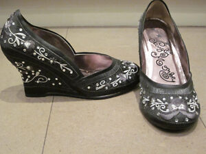 Gorgeous Naughty Monkey Satin Wedge Embroidered shoes-NEW Sz 8.5