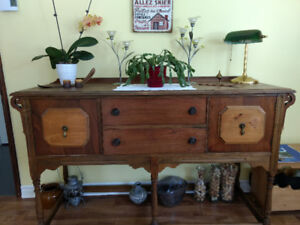 Buffet antique avec deux tiroirs et une porte de chaque côté