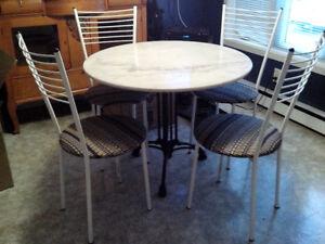 Table de marbre bistro/cuisine avec 4 chaises en métal.