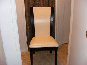 Chaise en cuire couleur crème, j'en ai deux
