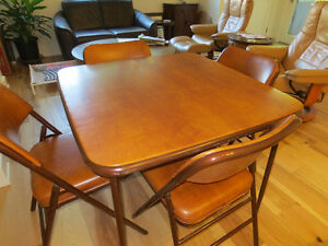 CARD TABLE WITH 4 PADDED CHAIRS: