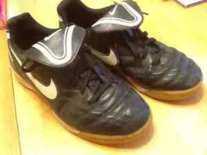 Youth indoor soccer shoes Nike Sz 2