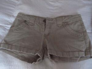 Vêtements pour filles ou femmes en très bon état (extra-small)