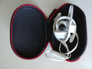 White Powerbeats 2 Bluetooth Earbuds