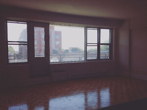 Sunny and classy large studio in Westmount with access stunning