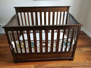 Lit de bébé (crib) transformable et en bois massif