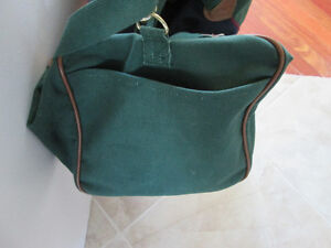 LARGE GREEN AND DARK BLUE BAG WITH LEATHER HANDLES LIKE NEW COND West Island Greater Montréal image 5