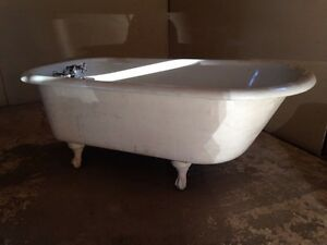 Claw foot bath tub