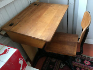 Vintage child's desk. Fine shape. Pupitre d'écolier 1950. $150.