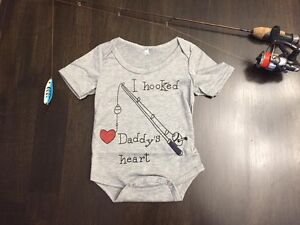 """1pc """"I Hooked Daddy's Heart""""  (0-3m)"""