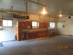 Large 1000 sq. ft. shop for rent in Warman.