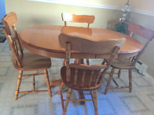 Solid Oak table with 2 leaves and 4 chairs