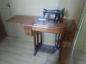 Antiquité machine à coudre et meuble original