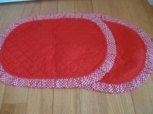PAIR of VINTAGE HAND-CRAFTED RUFFLE-EDGED REVERSIBLE PLACE MATS