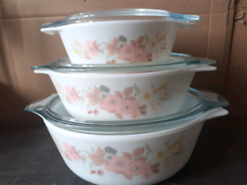 SET OF 3 PYREX CASSEROLE DISHES with LIDS