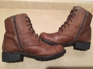 Women's Clarks Leather Boots Size 9 London Ontario image 3