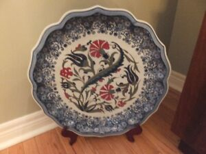 A LARGE CHINESE DECORATOR ROUND PLATE