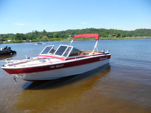 a vendre.for sale.bateau avec trailer.140hp.in board 17and half